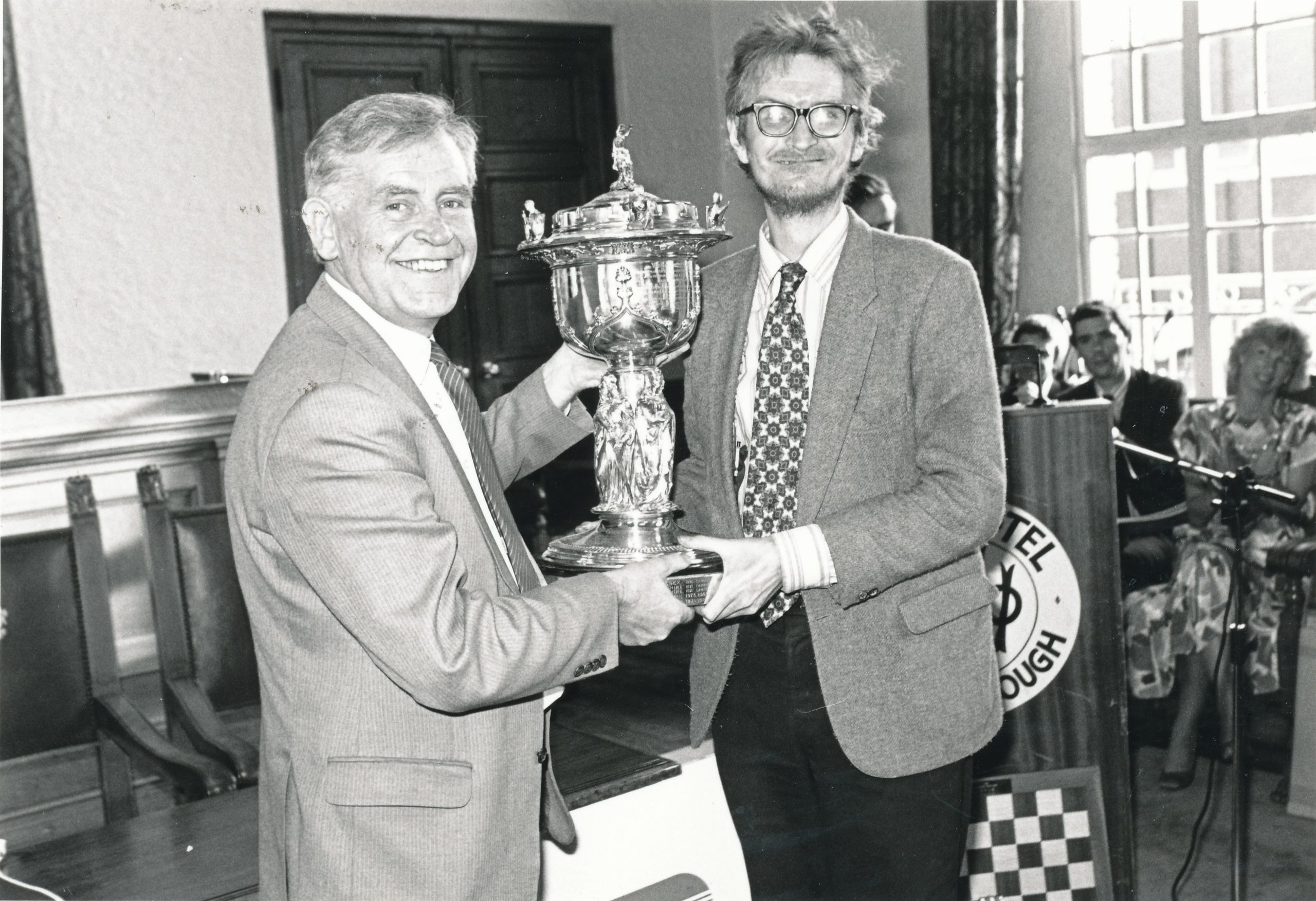 Magnus Magnusson presents Andrew Whiteley (right) with the BCF County Championship trophy as Captain of the Middlesex team in 1986.