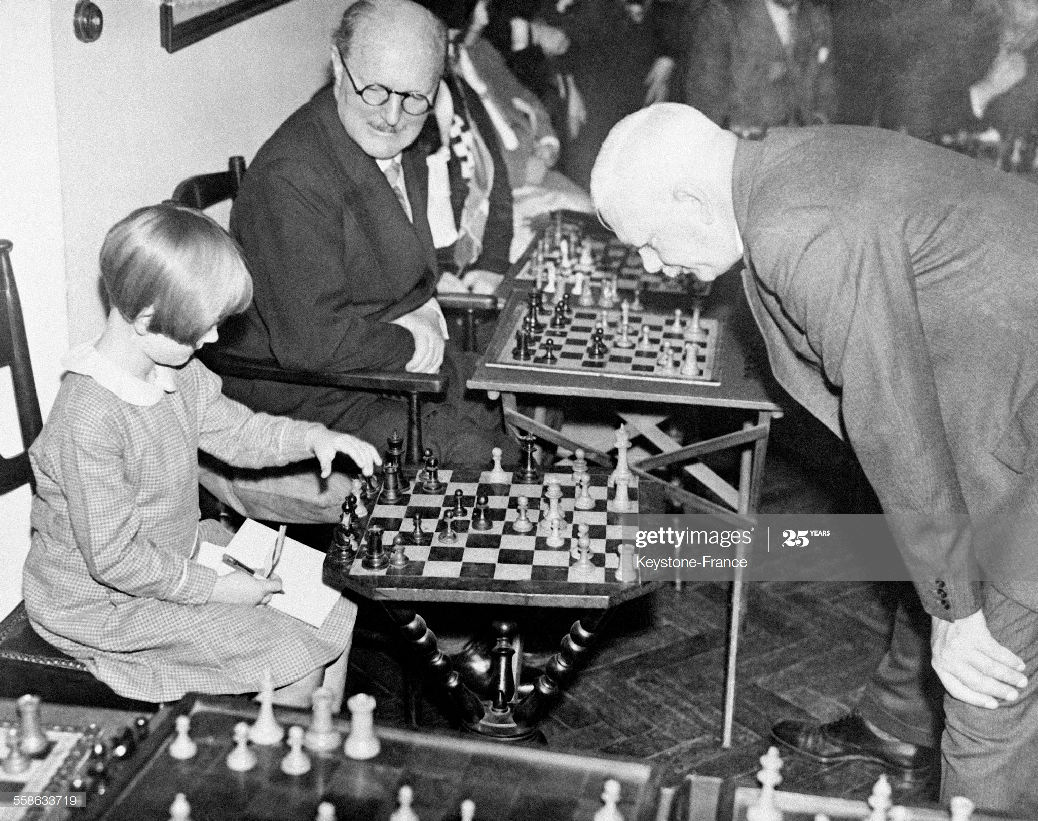 Partie d'échecs Sir Georges Thomas, le célèbre joueur d'échecs britannique, jouant contre sa plus jeune adversaire âgée de 8 ans, à Londres, Royaume-Uni le 24 octobre 1934. (Photo by Keystone-France\Gamma-Rapho via Getty Images)