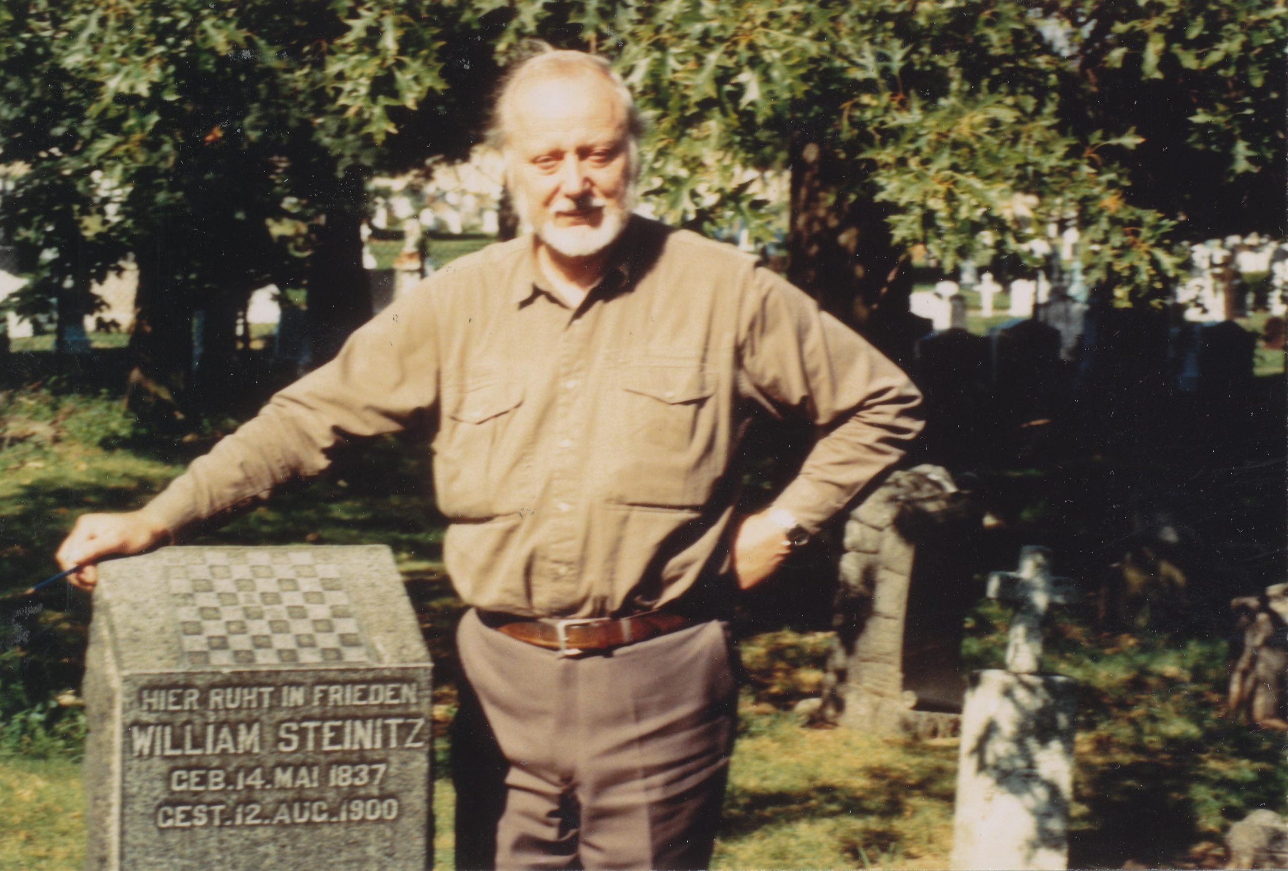 "Ken at the gravestone of ""William"" Steinitz"