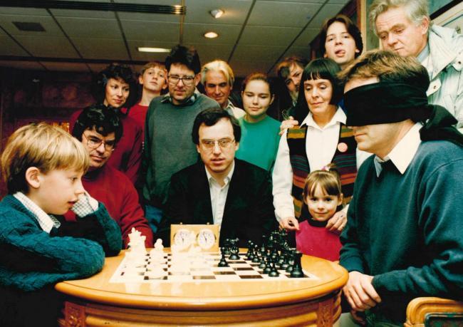 1993 : Jeff Horner takes on world under-10 chess champion Luke McShane blindfolded