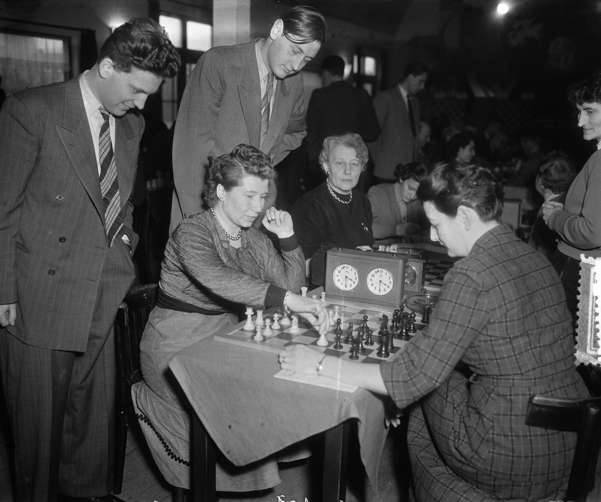 Ladies Chess Tournament Fenny Heemskerk, Rowena Mary Bruce (née Dew), Donner, Architect Date: January 12, 1953 Personal name: Architect, , Bruce, R., Donner, , Heemskerk, Fenny Institution name: Block Chess Tournament - Image ID: 2ARK3JK