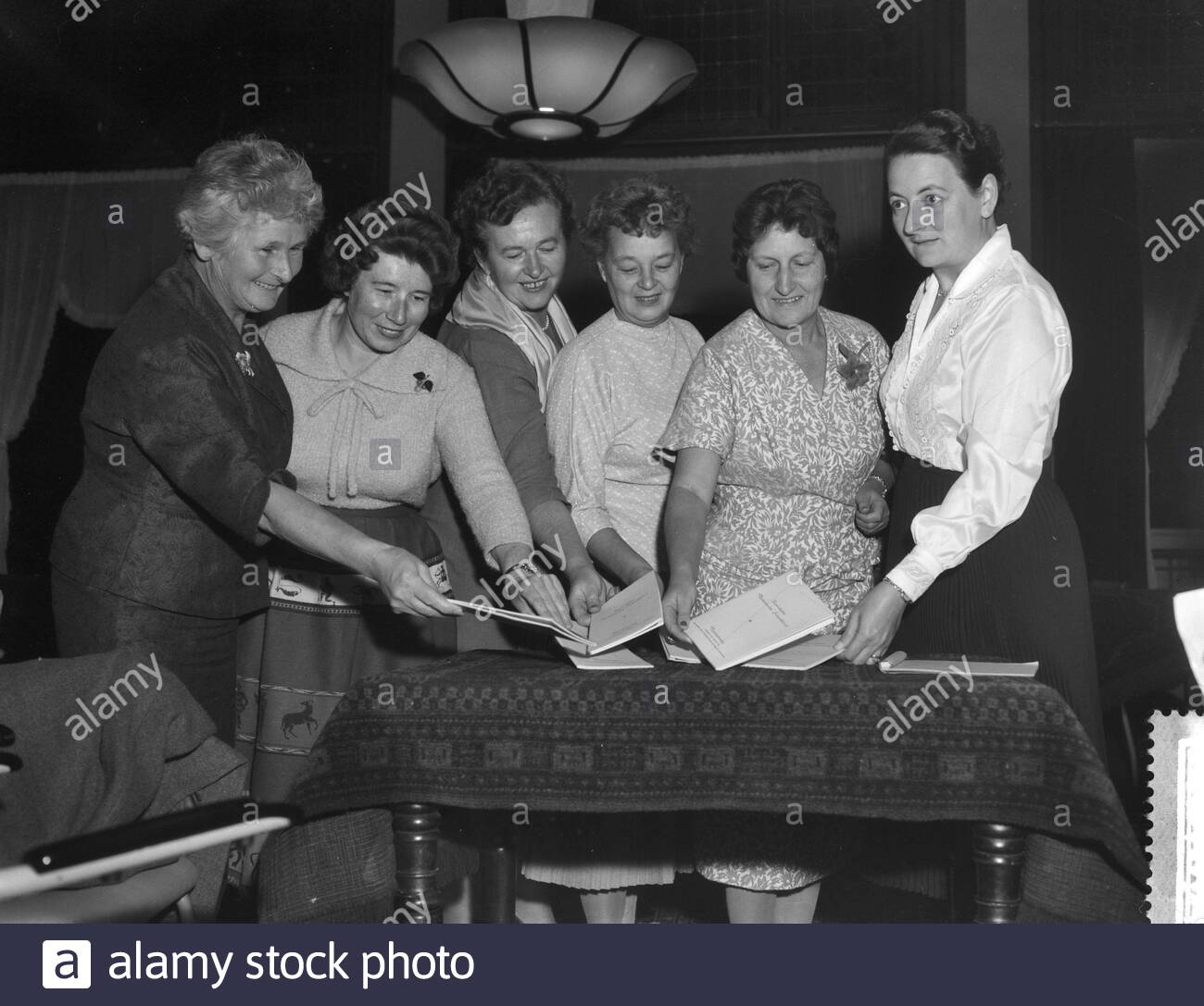 Opening Ladies Danlon chess tournament in Amsterdam, v.l.n.r. T. Roodzant, F. Heemskerk, I. Larsen, L. Timofeeva, E. Rinder, R. Bruce Date: October 21, 1959 Location: Amsterdam, Noord-Holland Keywords: group portraits, chess Person Name: Bruce, Rowena Mary, Heemskerk, Fenny , Larsen, I., Rinder, Elfriede, Roodzant, Toos, Timofeeva. Lidia - Image ID: 2AW6KHJ