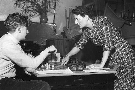 A stern-looking Rowena offers advice to one of the juniors at the WECU Congress, Easter 1951, in the analysis room at the Penolver Hotel, Newquay. Courtesy of Keverel Chess