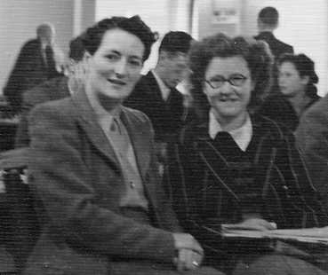 Rowena Bruce and Elaine Saunders at Nottingham 1946 where they tied for 1st place. Elaine won the play-off with 2.5/3. Courtesy of Keverel Chess.