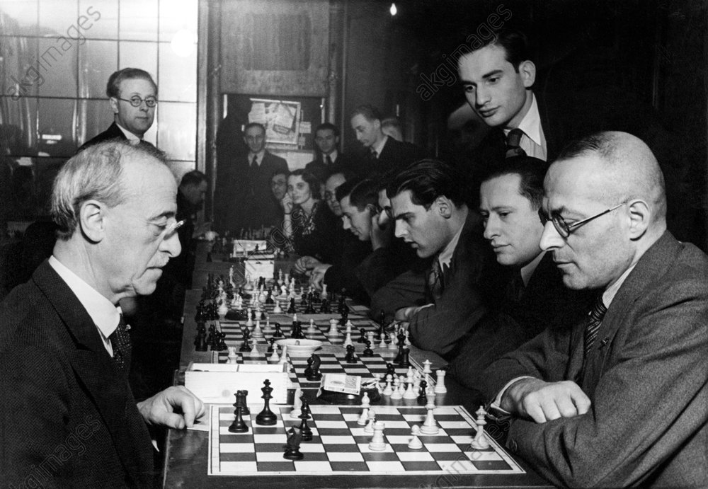 Jacques Mieses. Jewish chess master from Germany; 1938 Escape from the Naziregime to England. 27.2.1865 Leipzig – 23.2.1954 London. Simultaneous play in the Bar Kochba club against 25 chess players, in the foreground: Mieses (left) against Felix A. Theilhaber. Photo, undated, around 1935 (Abraham Pisarek).