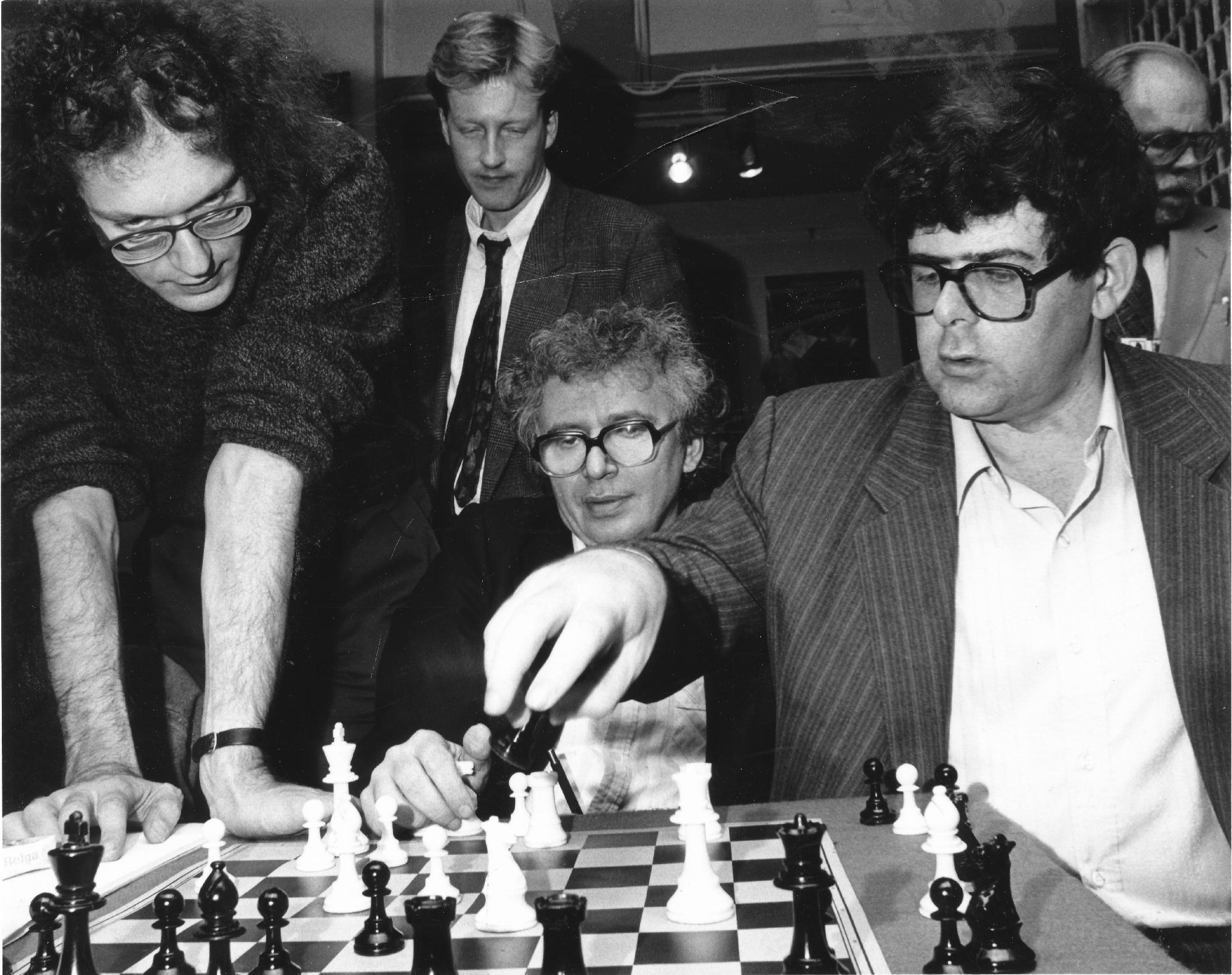 IM Mark Izrailovich Dvoretsky holding forth with Jonathan Speelman, Jonathan Manley., Mihai Suba and Bernard Cafferty. Photograph : Mark Huba