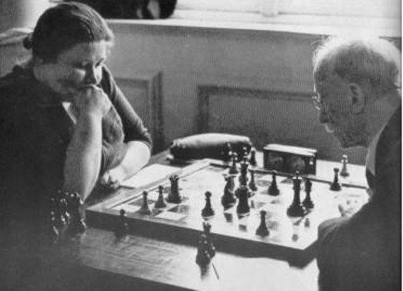 Vera Menchik plays Jacques Mieses in their match in 1942