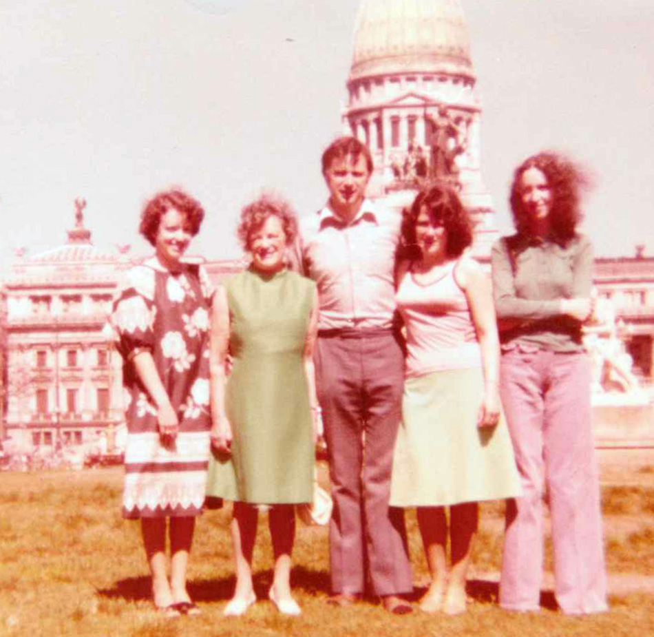 Buenos Aires Olympiad 1978. From left: Morag McGhee, Nancy Elder, Owen Hindle, Kathleen Hindle and Lynne Houston. Courtesy of Chess Scotland