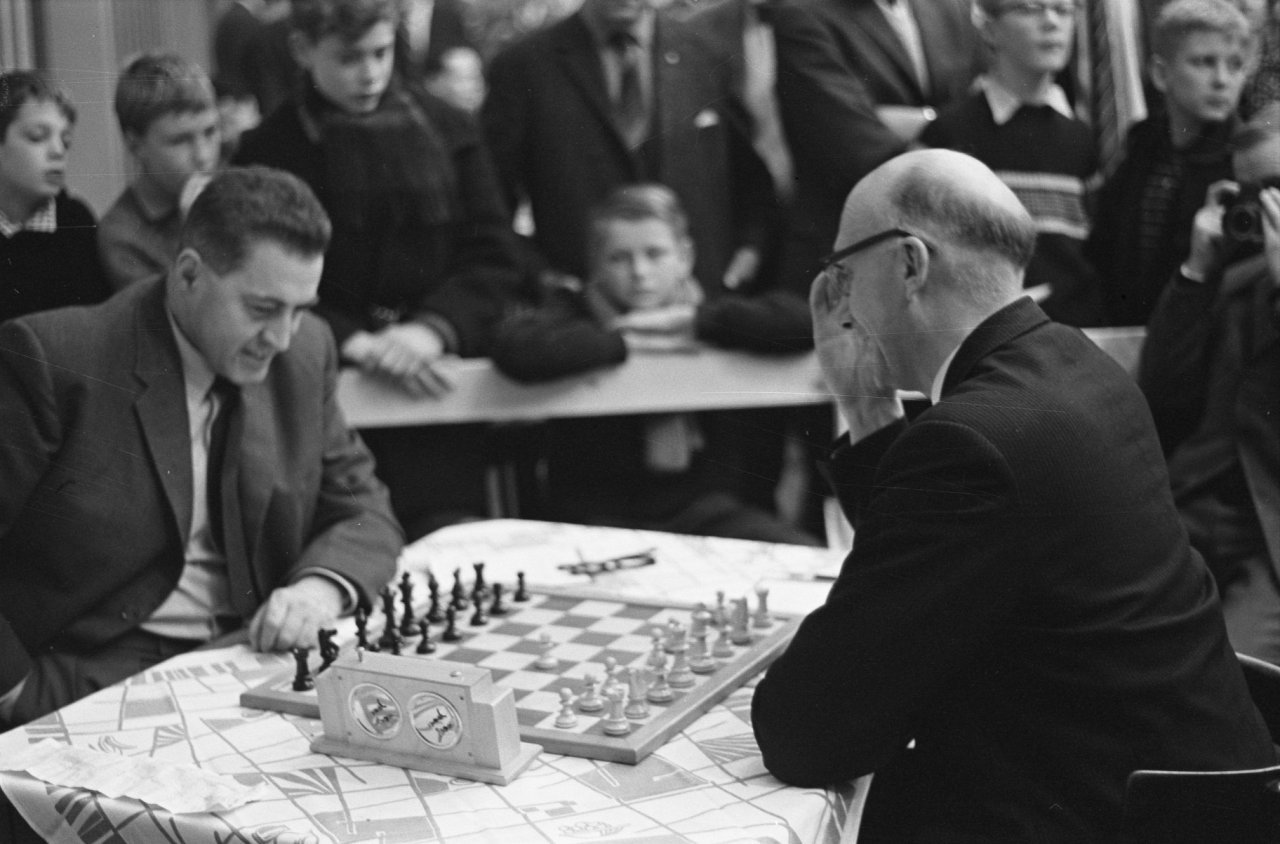 Hoogovens, Beverwijk, 1962. In the opening round (played 11th January), Theo van Scheltinga (Netherlands) faces Čeněk Kottnauer (England, formerly ČSSR). (Photo credit: W. van Rossem, ANEFO, via http://gahetna.nl. Courtesy of Douglas Griffin